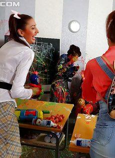 Молодые студентки развлеклись по полной программе в классе - фото #
