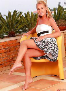 Фигуристая блондинка возбудилась от прикосновений к киске - фото #