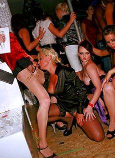 Пьяные девушки поучаствовали в массовой групповушке - фото #