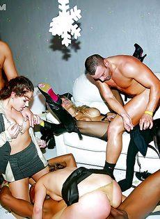 Групповое порно в ночном заведении с красавицами - фото #