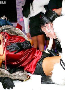 Сексуальные развлечения девушек со страпоном на вечеринке - фото #