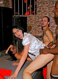 Разврат в ночном клубе с красивыми представительницами слабого пола - фото #