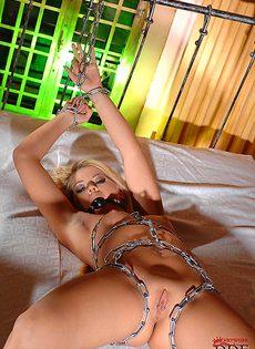 Обнаженная скованная блондинка с красивым телом - фото #