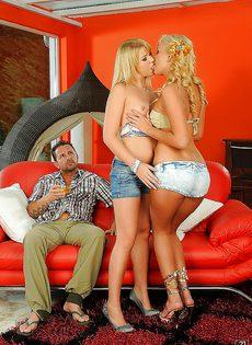 С двумя блондинистыми телками занимается сексом паренек - фото #