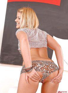Соблазнительная блондинка в красивых тигровых трусиках - фото #