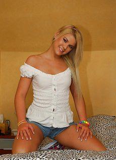 Развратности молоденькой блондинки с маленькими сиськами - фото #