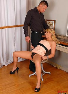 Милашка отодвинула в сторону трусики и по мастурбировала вагинку - фото #