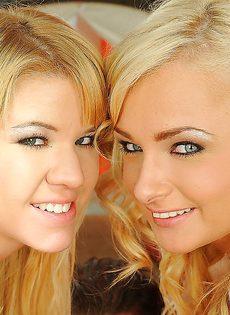 Секс втроем с двумя блондинками на кожаном диване - фото #