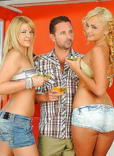 Бородатому мужику нужно было удовлетворить двух блондиночек - фото #