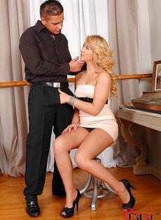 Паренек не удержался и кончил очаровательной блондинке в ротик - фото #