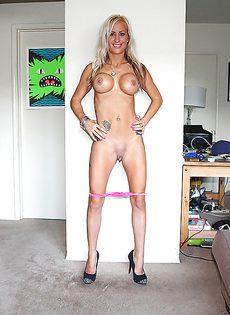 Длинноногая стройная дама с силиконовыми сиськами - фото #