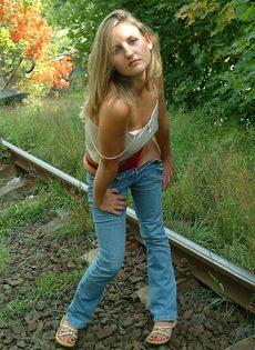 Разделась догола очаровательная молоденькая бикса - фото #