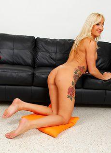 Демонстрирует бритую киску татуированная женщина с большой грудью - фото #