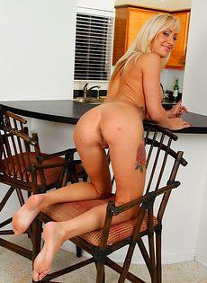 На столе грудастая женщина Zoey Portland по мастурбировала вагину - фото #