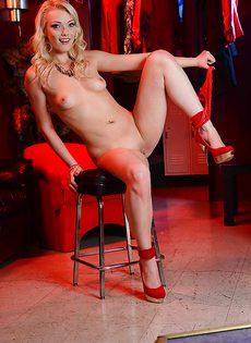 С удовольствием сняла с себя красное платье и нижнее белье - фото #