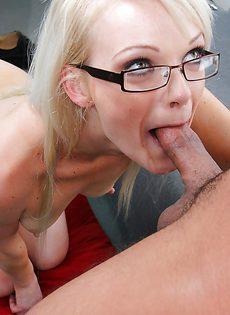 Симпатичная блондинка в очках стоит на коленках и сосет член - фото #