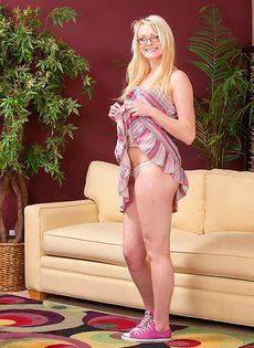 Розовая вагинальная дырочка миниатюрной блондинки Zoey Paige - фото #