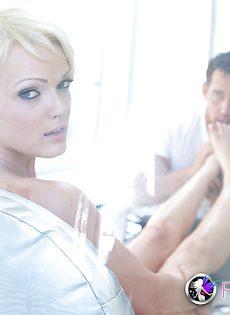 Глубоко проникает красивой блондинке Zoey Paige во влагалище - фото #