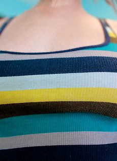 Миловидная чертовка Zoe Nixon любит показывать грудь - фото #