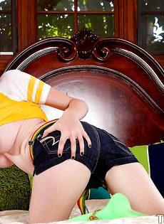 Рыженькая бейба Zoe Nixon на кровати ожидает трахаря - фото #