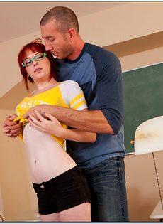 Студентку в очках хорошенько отперли в классе - фото #