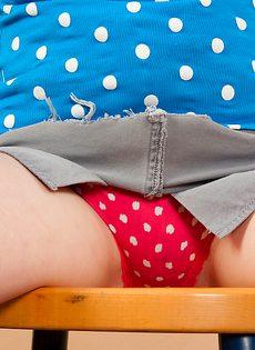 Рыженькая молодка снимает с себя одежду на кухне - фото #