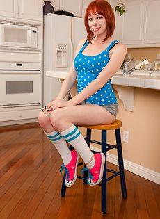 Обнаженная девица расположилась на кухонном столе - фото #