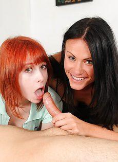 Брюнетка и рыжая девушка сосут крепкий член общего знакомого - фото #
