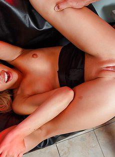Насадил на свой пенис возбужденную подружку - фото #