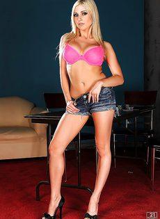 Стройная длинноногая блондинка с потрясающими сиськами - фото #