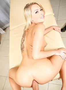 Крутой минет и чувственный анальный секс с блондинкой - фото #9