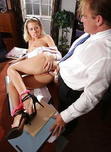 Начальник в офисе трахает привлекательную секретаршу - фото #