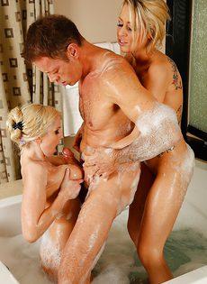 Непристойности в ванной комнате с двумя красивыми блондинками - фото #