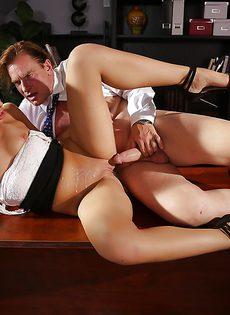 Трах в кабинете начальника молоденькой блондинки - фото #