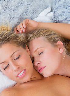 Красивые промежности нежно ласкают друг дружке блондинки - фото #