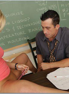 Студентка в очках с легкостью соблазнила преподавателя - фото #