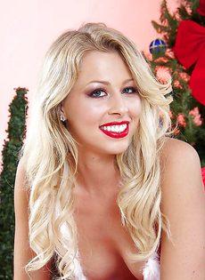 Сногсшибательная блондинка в красных сетчатых чулках - фото #