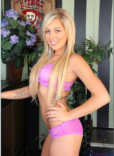 Пальчиками трогает розовую дырочку милашка Zoey Monroe - фото #
