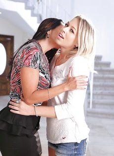 Большегрудая красотка Ава Аддамс и ее молоденькая подружка - фото #