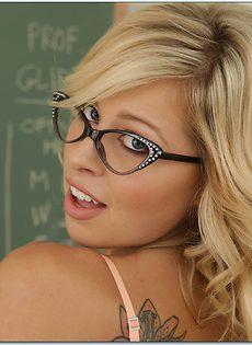 Сексуальная блондинка Zoey Monroe устроила соло в классе - фото #