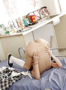 Соло миниатюрной студентки Zoey Kush на кровати - фото #