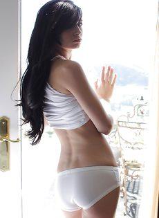 Лежит на кроватке и показывает голенькое тело милая брюнетка - фото #
