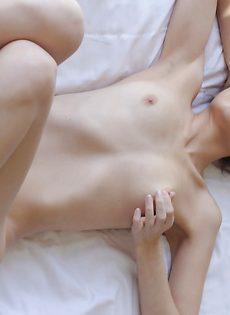 Постельная эротика от девушки с малюсенькими сиськами - фото #