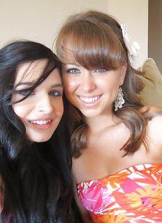 Красивые девчонки показали друг дружке бритые киски - фото #