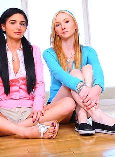 Две худенькие студентки разделись догола - фото #