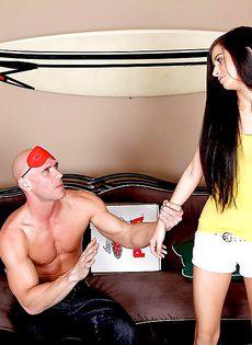 Лысый мускулистый мужик радует красивую молодку - фото #