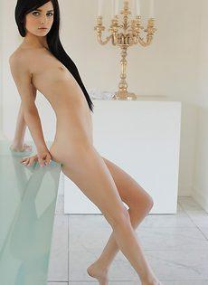 Молодая брюнетка в купальнике хочет показать свое стройное тело - фото #