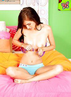 Разврат в комнате от молоденькой темноволосой девушки - фото #