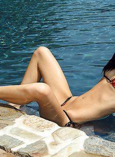В бассейне купается восемнадцатилетняя голенькая брюнетка - фото #