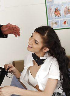 Студентка с наслаждением насаживается на большой член препода - фото #